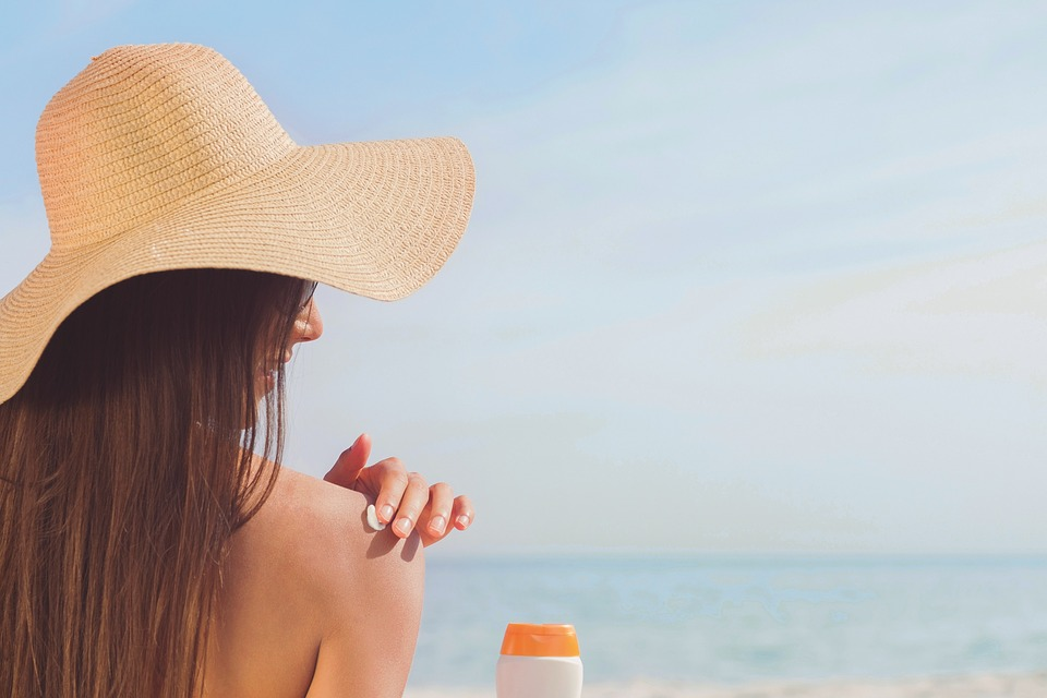 Plus question de monokini à la plage pour bronzer